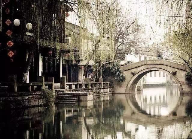 烟柳画桥,雕栏翠幕,砌成此恨无重数