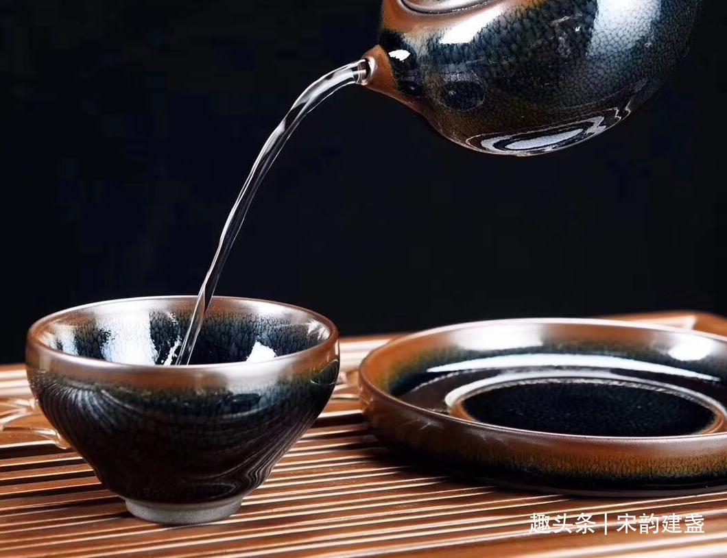 建盏品茗,一只盏,一盏茶,虽然简单,却需要耐心细致的品味!