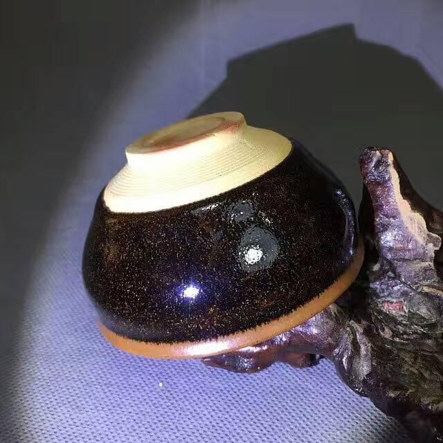 建盏的黑 乍看平淡无味 却又暗藏各种美丽的釉色