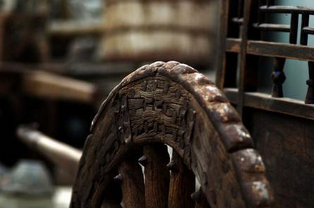 有年轮的木头,岁月清浅不留痕,斑驳窗外一枝梅