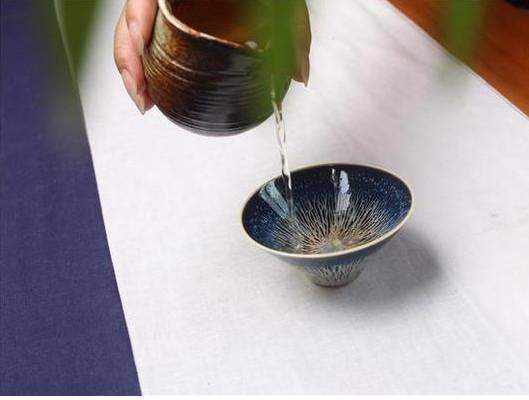 炎炎夏日,用建盏泡一壶清茶可驱散酷暑