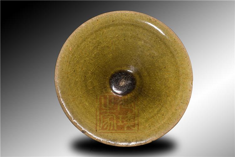 茶末绿釉宋盏 釉面为黄绿色 开片明显修足规整
