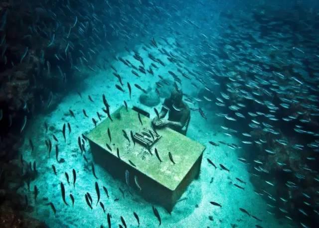 五百尊的雕塑安放在加勒比海的海底,结果令人震撼